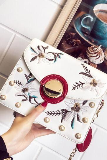Vogue Flower Embroidery Chain Crossbody Bag